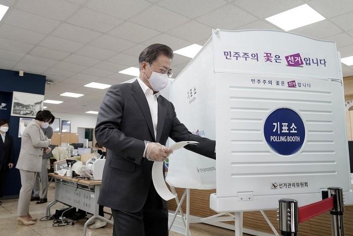 Dân Hàn Quốc đi bầu cử Quốc hội dù COVID-19 còn phức tạp  - ảnh 2