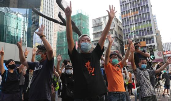 Hoàng Chi Phong và người biểu tình xuống đường ở Hong Kong - ảnh 2