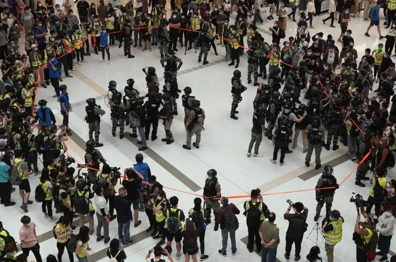 Hoàng Chi Phong và người biểu tình xuống đường ở Hong Kong - ảnh 1