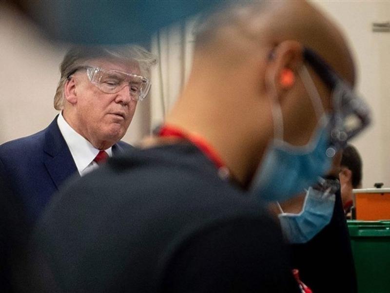 Ông Trump nói mình có đeo khẩu trang khi đi thăm nhà máy - ảnh 1