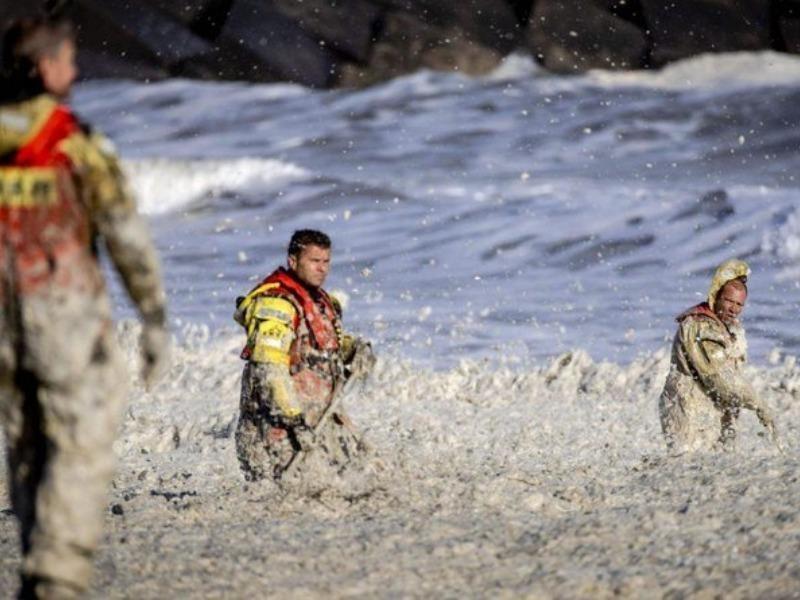Bọt biển dày gần 1 m khiến 5 người lướt sóng chết thảm - ảnh 1