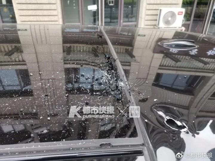 Bị bắt vì ném dao ra cửa sổ, vô tình rơi trúng siêu xe - ảnh 2