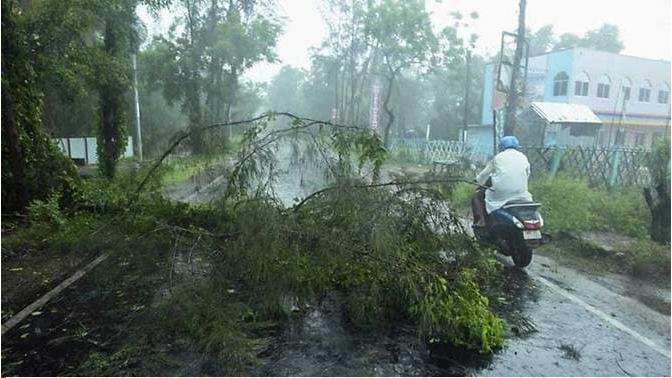 Siêu bão mạnh nhất hàng thập kỷ tàn phá Ấn Độ, Bangladesh - ảnh 1