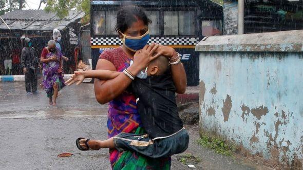 Siêu bão mạnh nhất hàng thập kỷ tàn phá Ấn Độ, Bangladesh - ảnh 3