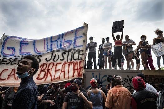 Dân Mỹ biểu tình sau khi cảnh sát giết chết nghi phạm da màu - ảnh 3