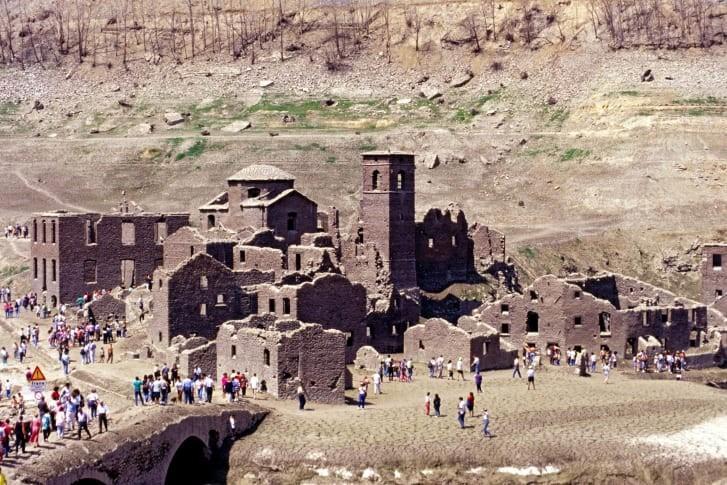 Ngôi làng cổ sắp xuất hiện giữa lòng hồ sau 27 năm - ảnh 2