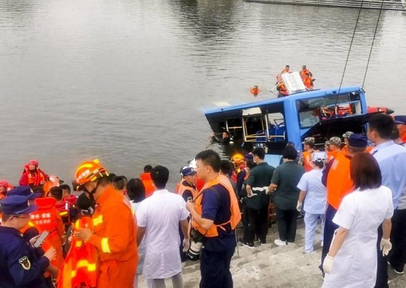 Nhà bị đập, tài xế xe buýt lao xe xuống hồ, giết chết 21 người - ảnh 1