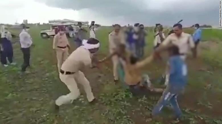 Đánh dân khi thu hồi đất, 7 cảnh sát Ấn Độ bị sa thải - ảnh 1