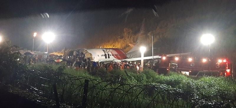 Máy bay chở người hồi hương gãy đôi khi hạ cánh, 16 người chết - ảnh 1