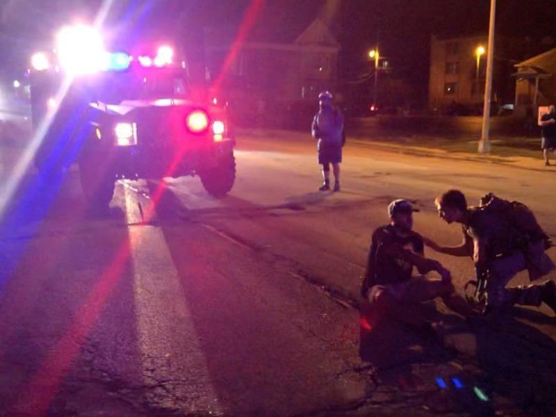 Thiếu niên 17 tuổi xả súng vào đám người biểu tình - ảnh 1