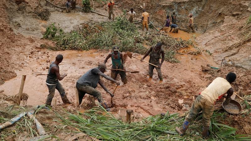 Sập mỏ vàng, 50 công nhân bị chôn vùi - ảnh 1