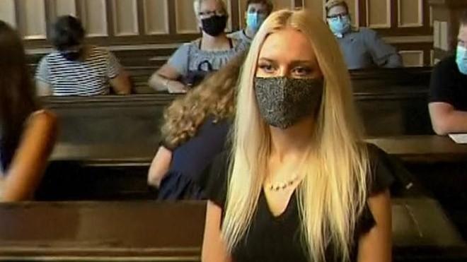 Cô gái 22 tuổi tự cưa đứt tay mình để lừa tiền bảo hiểm - ảnh 1