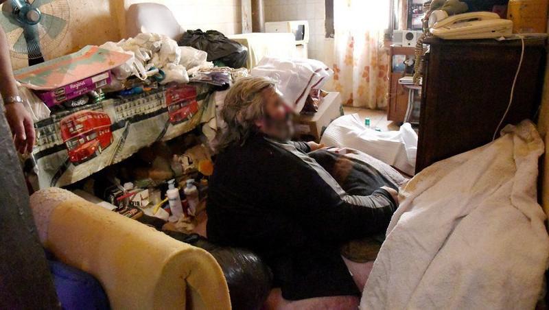 Dùng cần cẩu đưa người đàn ông nặng 300 kg đến bệnh viện - ảnh 2