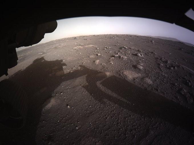 NASA tiết lộ bức ảnh màu đầu tiên chụp sao Hỏa - ảnh 2