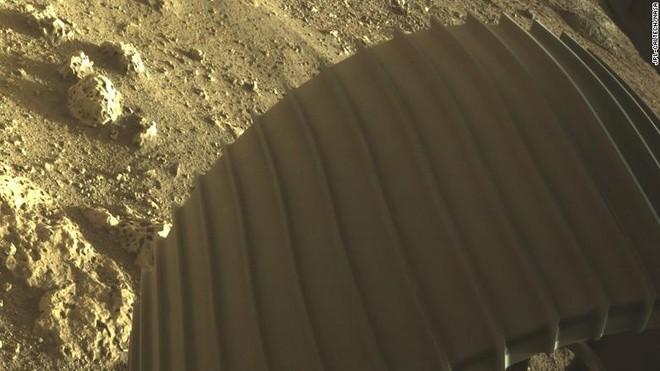 NASA tiết lộ bức ảnh màu đầu tiên chụp sao Hỏa - ảnh 1