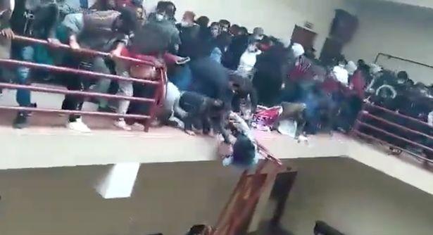 Chen lấn khiến lan can trường bị gãy, 7 sinh viên thiệt mạng - ảnh 1