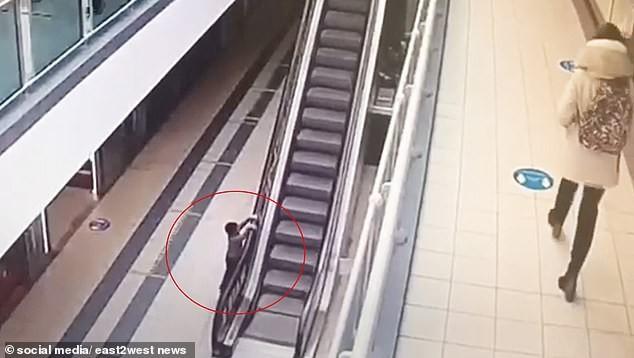 Bé 4 tuổi bị thương nặng sau khi đu thang cuốn lên cao - ảnh 1