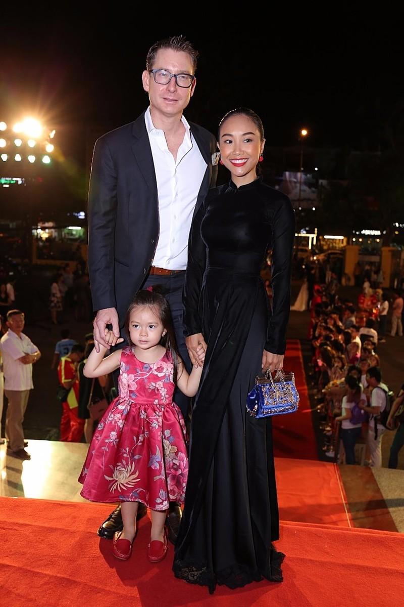 Ca sĩ Đoan Trang cũng chọn áo dài cho lễ trao giải Cánh diều 2016