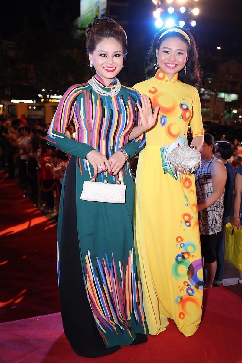 Mẹ con nghệ sĩ Lê Giang và Lê Lộc cũng chọn áo dài