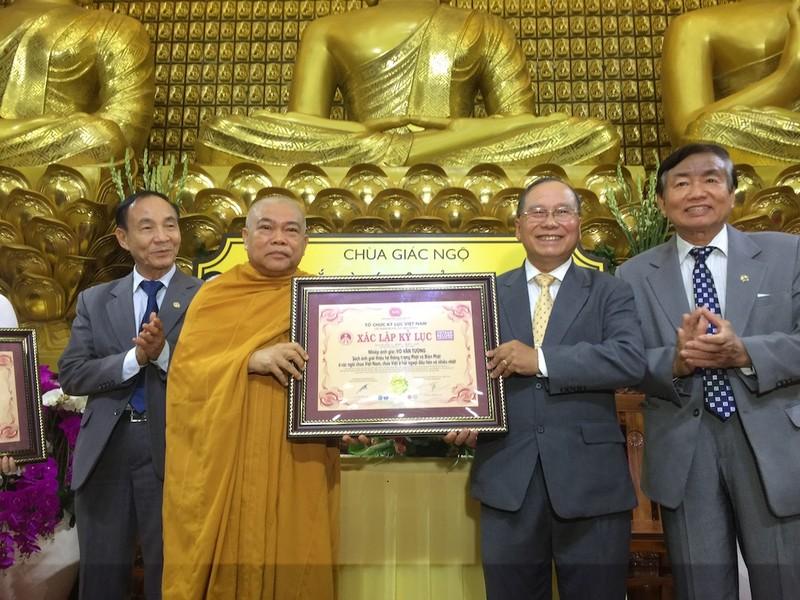 Thượng tọa Thích Giác Toàn, Phó Chủ tịch Hội đồng trị sự, Phó trưởng ban Thường trực Ban Giáo dục Tăng ni Trung ương giáo hội Phật giáo Việt Nam trao chứng nhận kỷ lục cho nhiếp ảnh gia Võ Văn Tường - Ảnh: Q.T