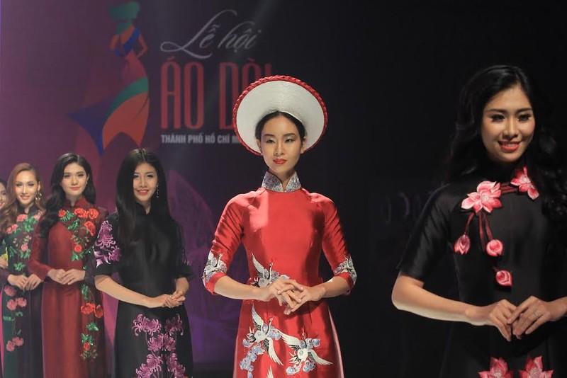 1.000 tà áo dài xuất hiện trên phố đi bộ Nguyễn Huệ - ảnh 4
