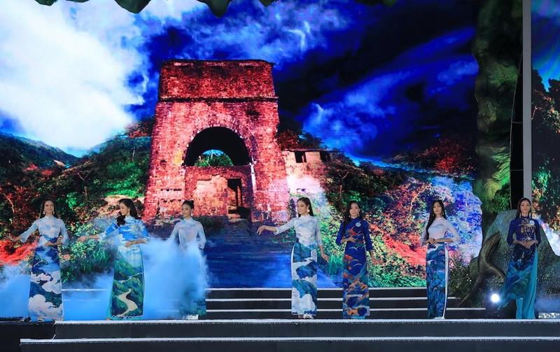 Áo dài hình ảnh đèo Hải Vân giúp Lương Thùy Linh đăng quang - ảnh 2