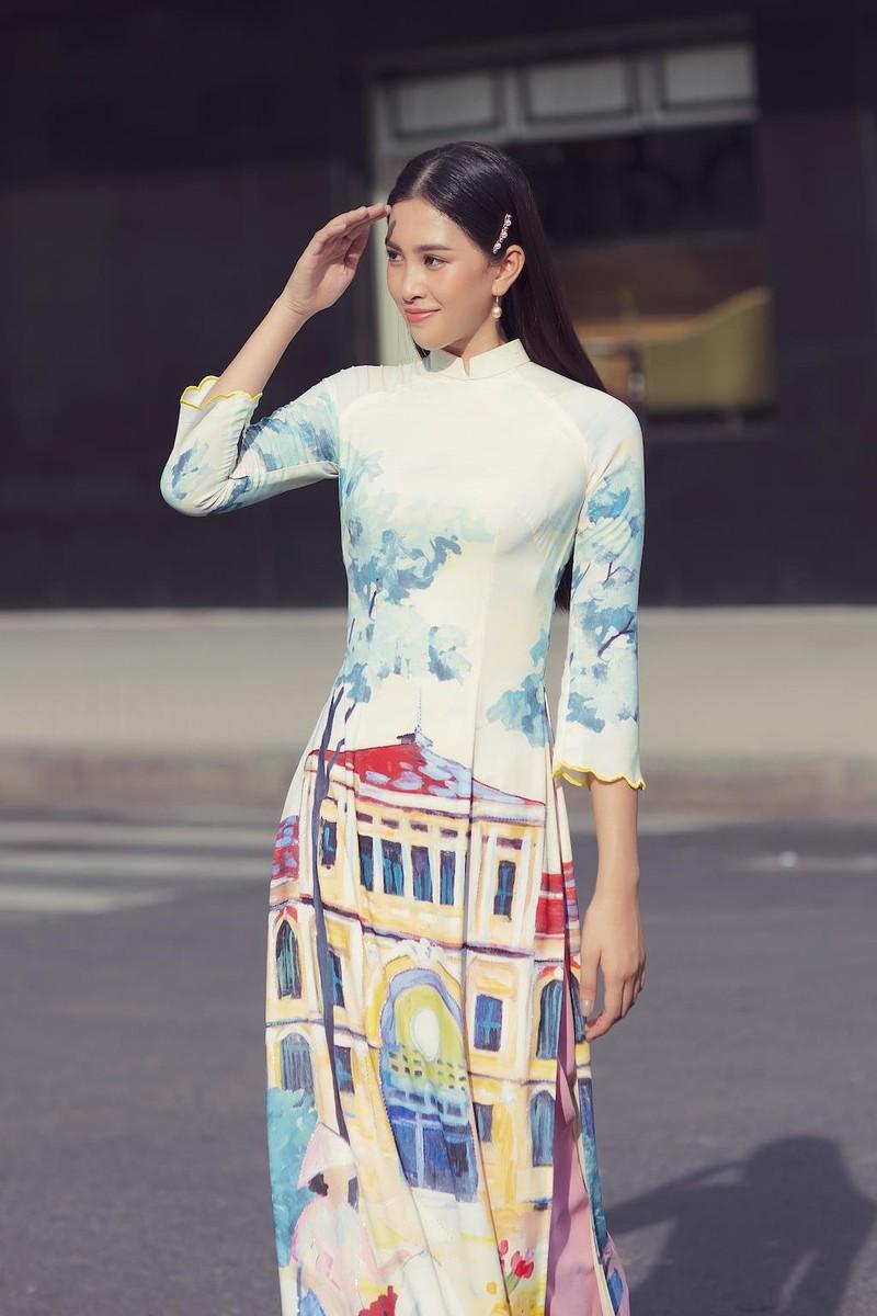 Ngắm hoa hậu Tiểu Vy dịu dàng trong áo dài về Sài Gòn - ảnh 1