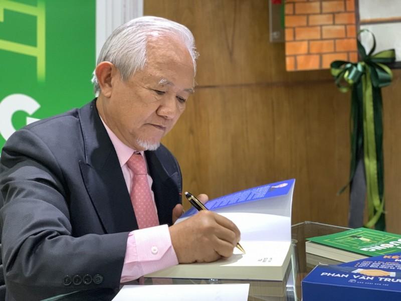 Giáo sư Phan Văn Trường và bộ ba 'Một đời...' - ảnh 2