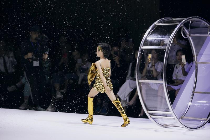 Mẫu nhí Khánh An catwalk trong vòng xoay siêu đỉnh - ảnh 4