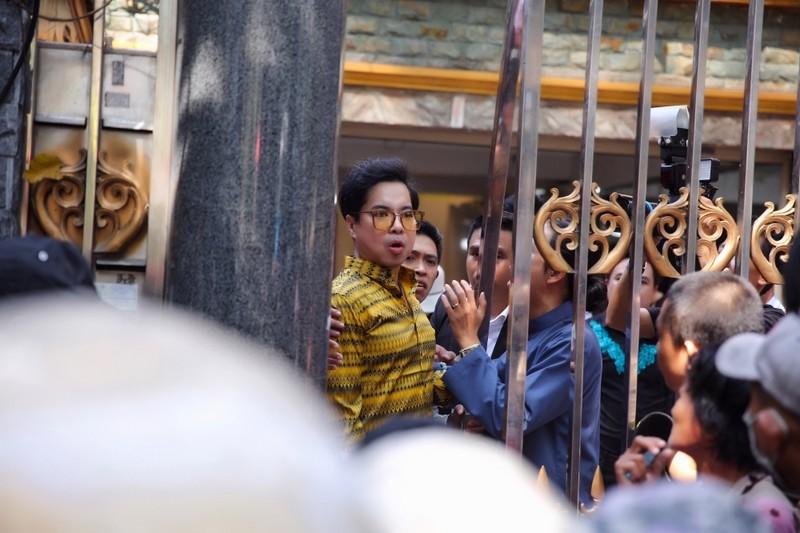 Nhiều người chen lấn tại biệt thự ca sĩ Ngọc Sơn để nhận quà - ảnh 2