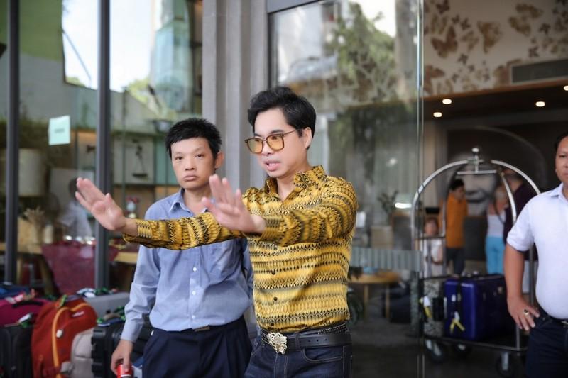Nhiều người chen lấn tại biệt thự ca sĩ Ngọc Sơn để nhận quà - ảnh 3