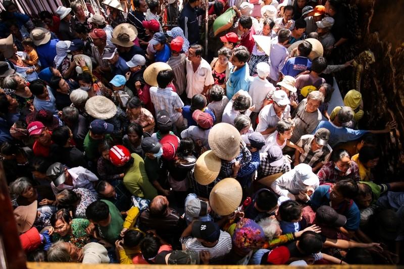 Nhiều người chen lấn tại biệt thự ca sĩ Ngọc Sơn để nhận quà - ảnh 1