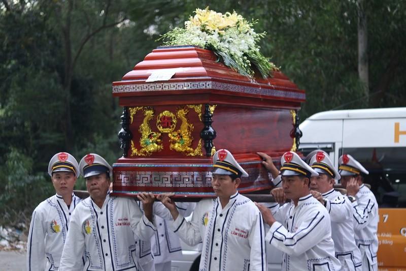 Linh cữu NSƯT Nguyễn Chánh Tín ngang nhà cũ trước khi hỏa táng - ảnh 5