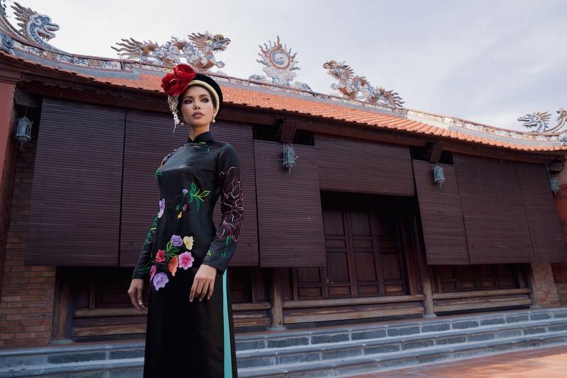 Minh Tú, Ngân Khánh lạ lẫm với áo dài lụa, lãnh truyền thống - ảnh 2