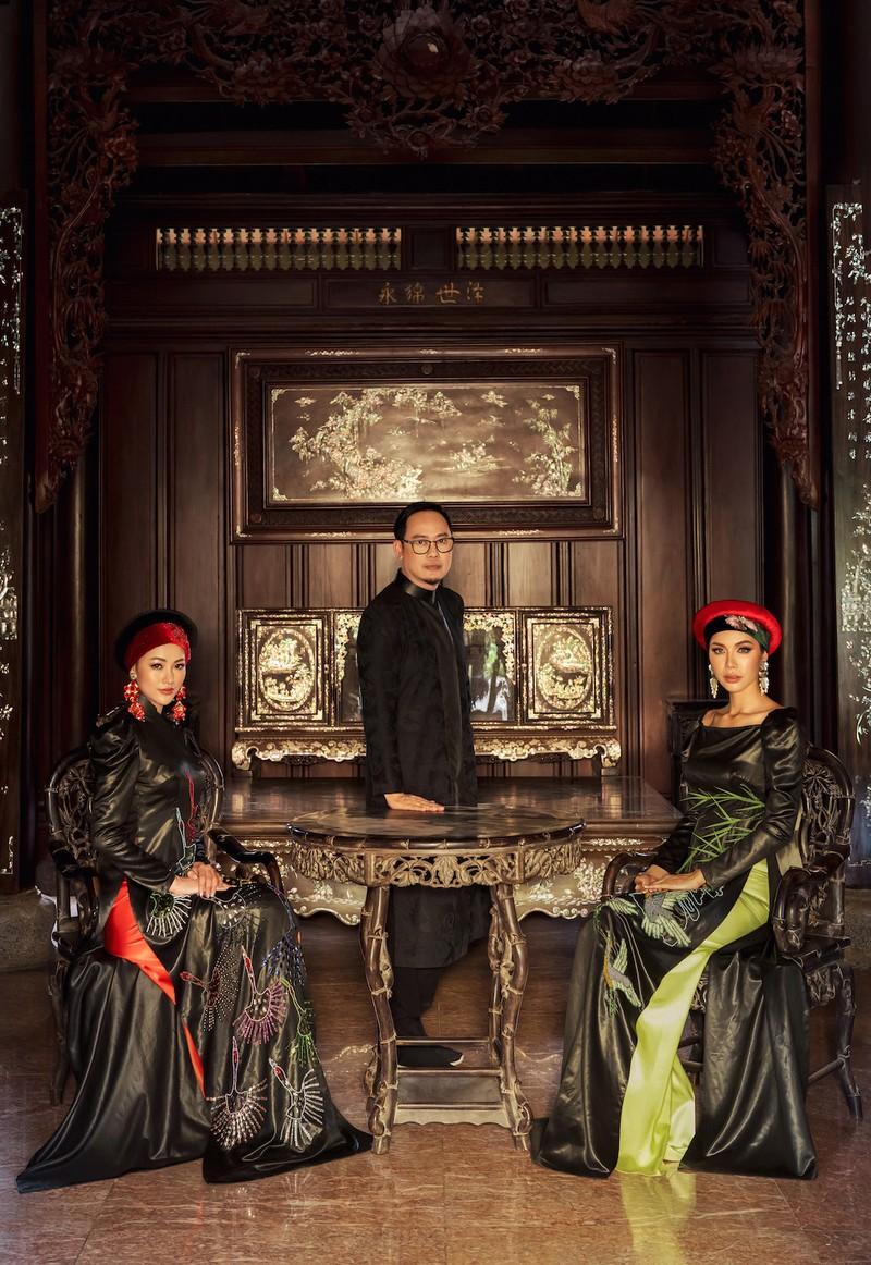 Minh Tú, Ngân Khánh lạ lẫm với áo dài lụa, lãnh truyền thống - ảnh 1