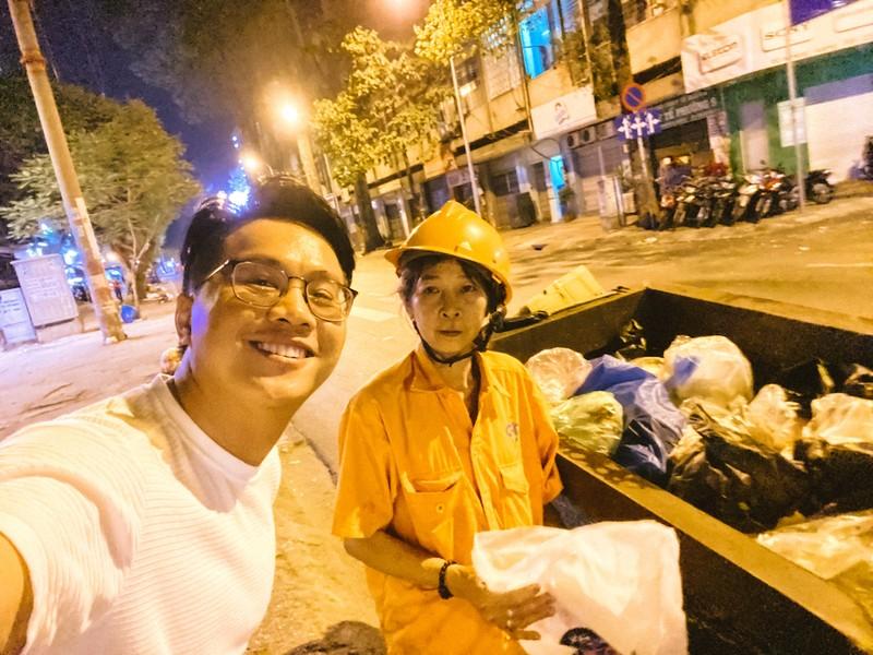 MC Tấn Tài tặng quà nữ công nhân vệ sinh đường phố ngày 8-3 - ảnh 3