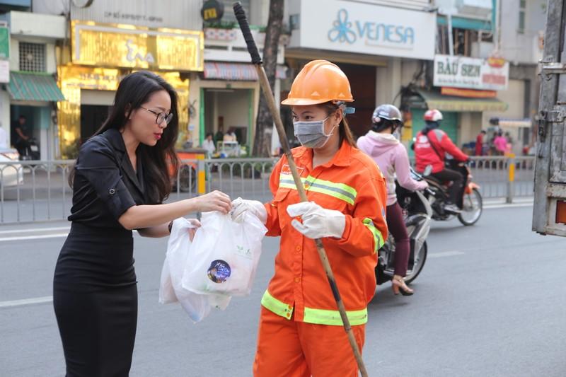 MC Tấn Tài tặng quà nữ công nhân vệ sinh đường phố ngày 8-3 - ảnh 1