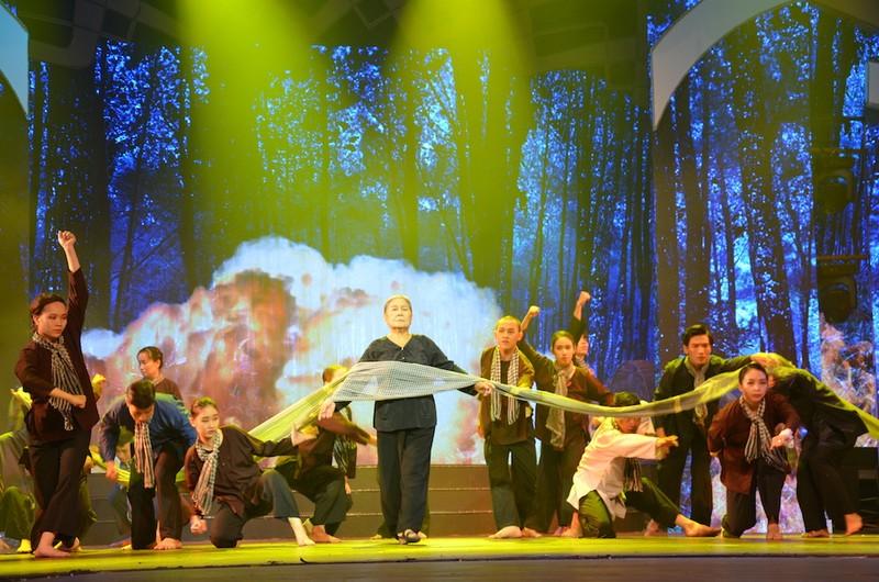TP.HCM: Thiết kế sân khấu đặc biệt kỷ niệm ngày sinh Bác Hồ  - ảnh 4