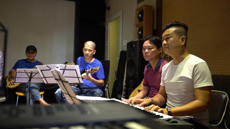 MV về COVID-19 của năm nhạc sĩ kỳ cựu gây xúc động - ảnh 1
