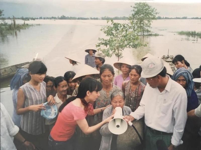 Nghệ sĩ Việt Hương đang đưa tro cốt ca sĩ Phi Nhung về Mỹ - ảnh 2