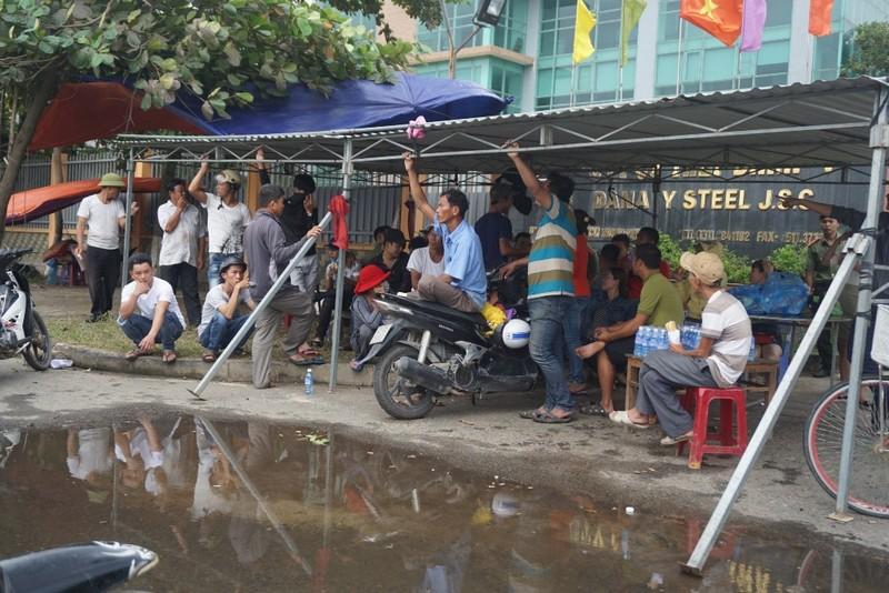 Đà Nẵng: Dân tiếp tục vây nhà máy thép ô nhiễm - ảnh 1