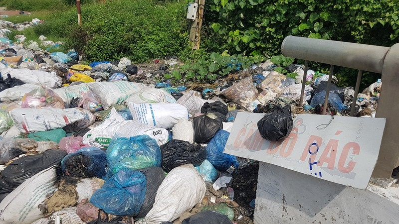 Quảng Ngãi: Quốc lộ 1 hóa thành bãi rác khổng lồ - ảnh 8