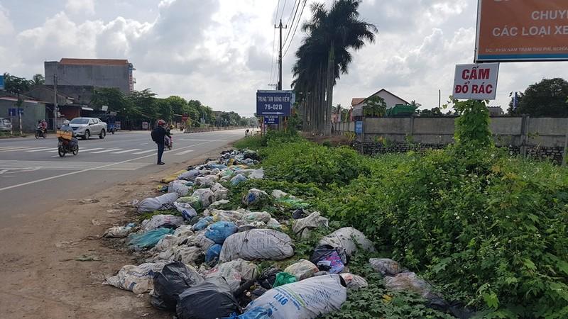 Quảng Ngãi: Quốc lộ 1 hóa thành bãi rác khổng lồ - ảnh 7