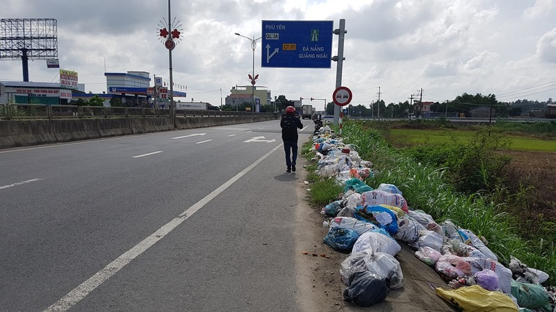 Quảng Ngãi: Quốc lộ 1 hóa thành bãi rác khổng lồ - ảnh 10