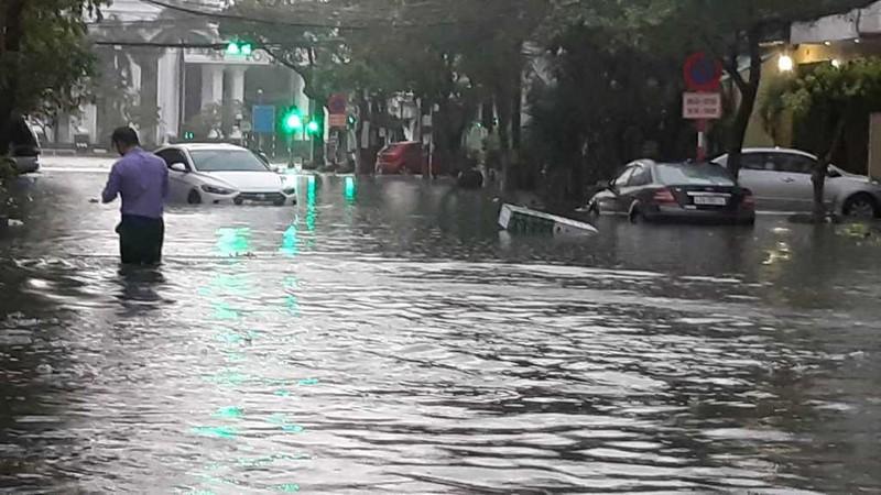 Mưa lớn xuyên đêm, Đà Nẵng chìm trong biển nước - ảnh 2