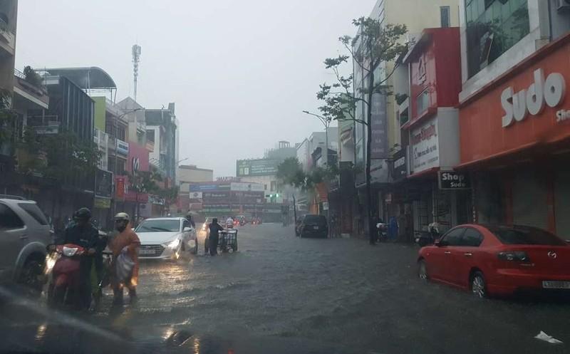 Mưa lớn xuyên đêm, Đà Nẵng chìm trong biển nước - ảnh 1
