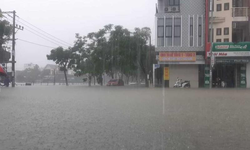 Mưa lớn xuyên đêm, Đà Nẵng chìm trong biển nước - ảnh 3