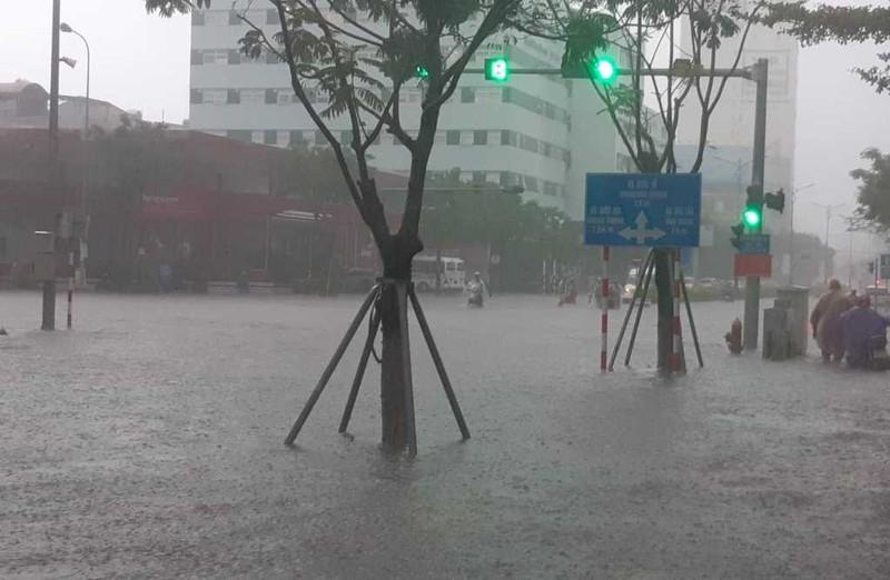 Mưa lớn xuyên đêm, Đà Nẵng chìm trong biển nước - ảnh 5