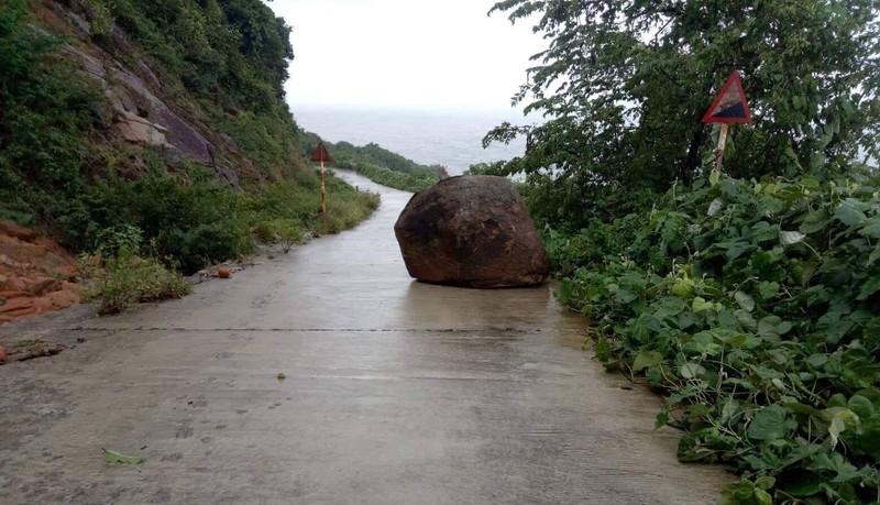 Bán đảo Sơn Trà sạt lở nghiêm trọng, đất đá lao xuống đường - ảnh 4