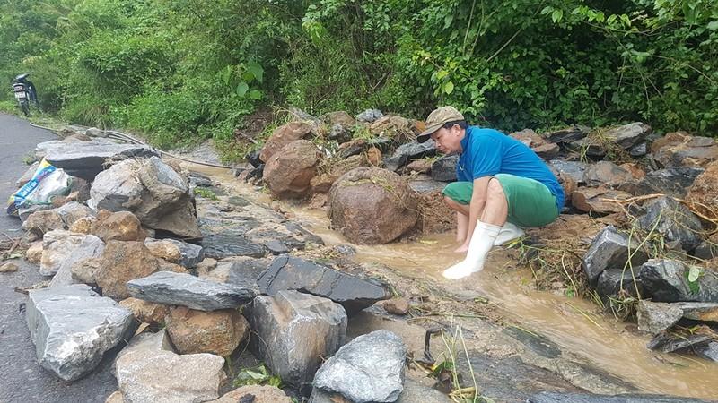 Bán đảo Sơn Trà sạt lở nghiêm trọng, đất đá lao xuống đường - ảnh 5